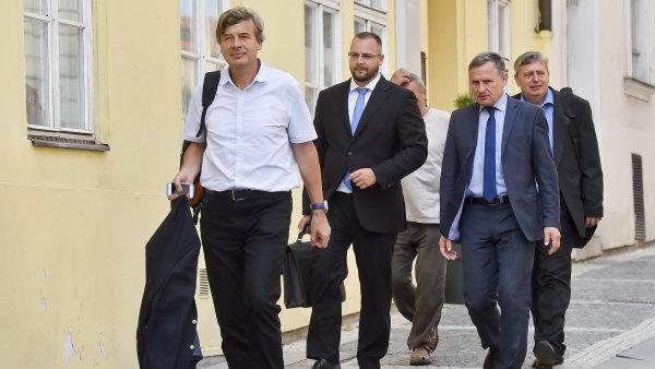 Zástupci bytového družstva Svatopluk jednali s konkurzním správcem společnosti H-System Josefem Monsportem. Přítomen byl i senátor a hejtman Zlínského kraje Jiří Čunek a Martin Junek.