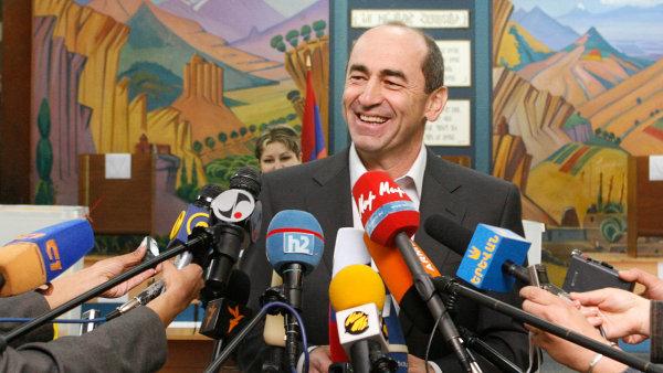 V době prezidentství si Robert Kočarjan užíval slávy, teď ho před hněvem lidí chrání Moskva.