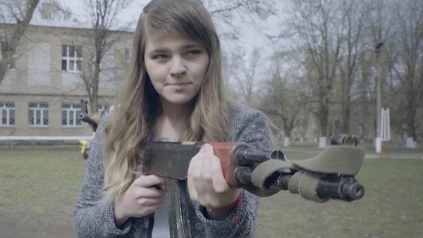 Střelnice ve třídě a povinný vojenský výcvik. Ukrajinští studenti se ve škole učí válčit.