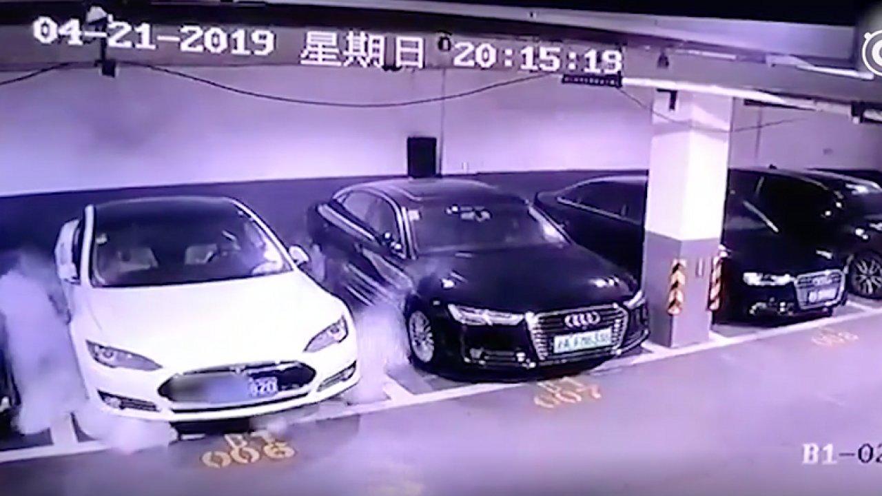 Exploze zaparkovaného vozu Tesla Model S. Videozáznam sdílený na čínské sociální síti Weibo.