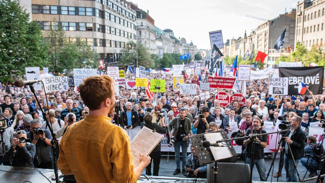 Mikuláš Minář zMilionu chvilek pro demokracii hovoří kzástupům. Václavské náměstí vPraze, 21. května.