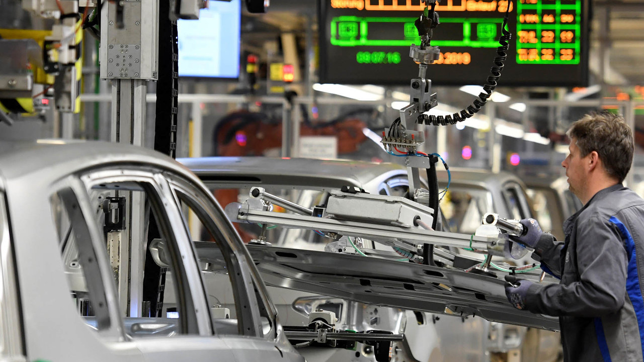Automobilovému průmyslu se sice podařilo překonat potíže související se zavedením nových evropských emisních pravidel, postihla jej ale nižší globální poptávka po autech.