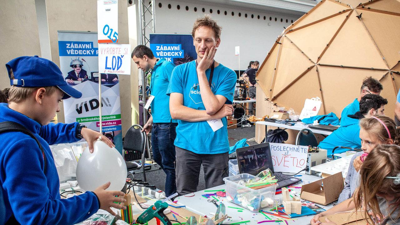 """Loňský premiérový Maker Faire Prague 2018 přitáhl do pražských Holešovic deset tisíc návštěvníků. Své inovativní i hravé nápady jim předvedlo 180 makerů, """"kutilů 21. století""""."""