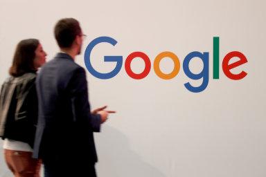 Ukázkou rozpolcenosti je postoj k nadnárodní společnosti Google. Ačkoliv si polovina Čechů na síti myslí, že tato firma zneužívá uživatelská data, stále víc z nich její služby vyhledává.