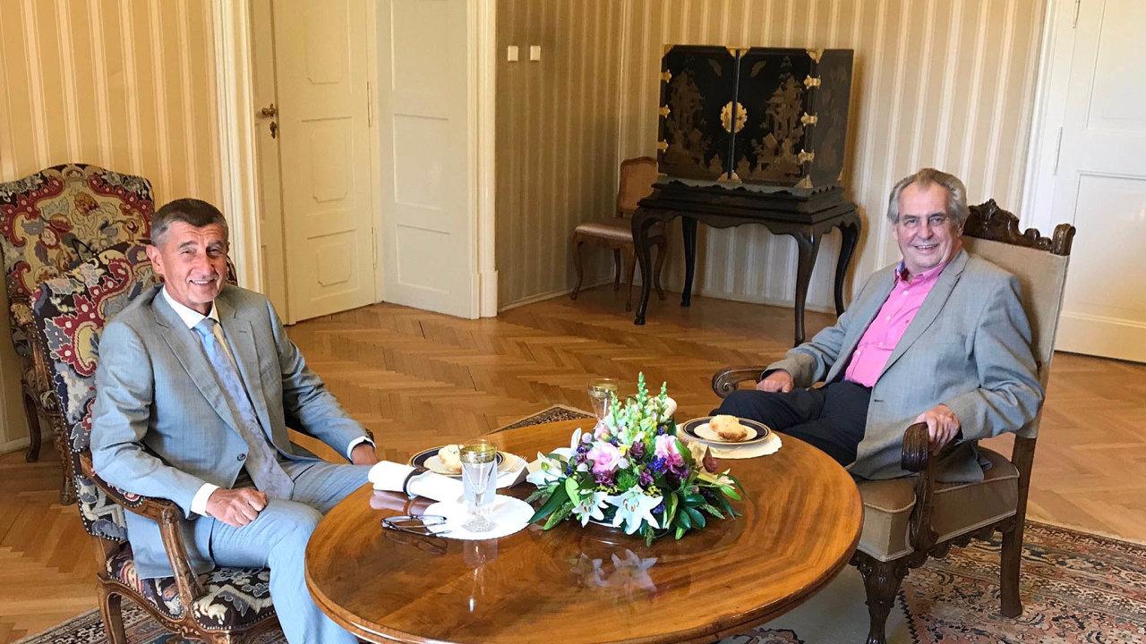 Prezident Zeman sice nastředeční schůzce spremiérem Babišem potvrdil, že současného ministra kultury Staňka odvolá nakonci července, ojeho nástupci však chce rozhodnout až odva týdny později.