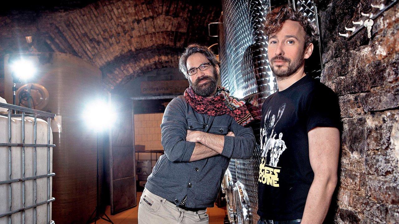 Frunc s Holubem jablka původně odšťavnovali doma v kuchyni, dnes jejich výrobna sídlí ve sklepích bývalého pivovaru Poldi Kladno.