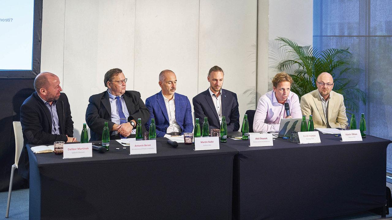 Nakonferenci stématem ukládání energiediskutovali(zleva)Dalibor Martínek,Antonín Beran,Martin Kuba,Aleš Doucek,David Hajmán aMartin ŠilhanzeSkupiny ÚJV.
