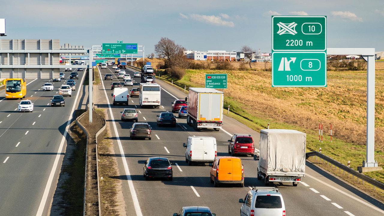 Konec nalepovacích známek: Elektronické dálniční známky chystané narok 2021 mají ukončit každoroční starosti řidičů sodstraňováním starého kuponu zauta asháněním nového.