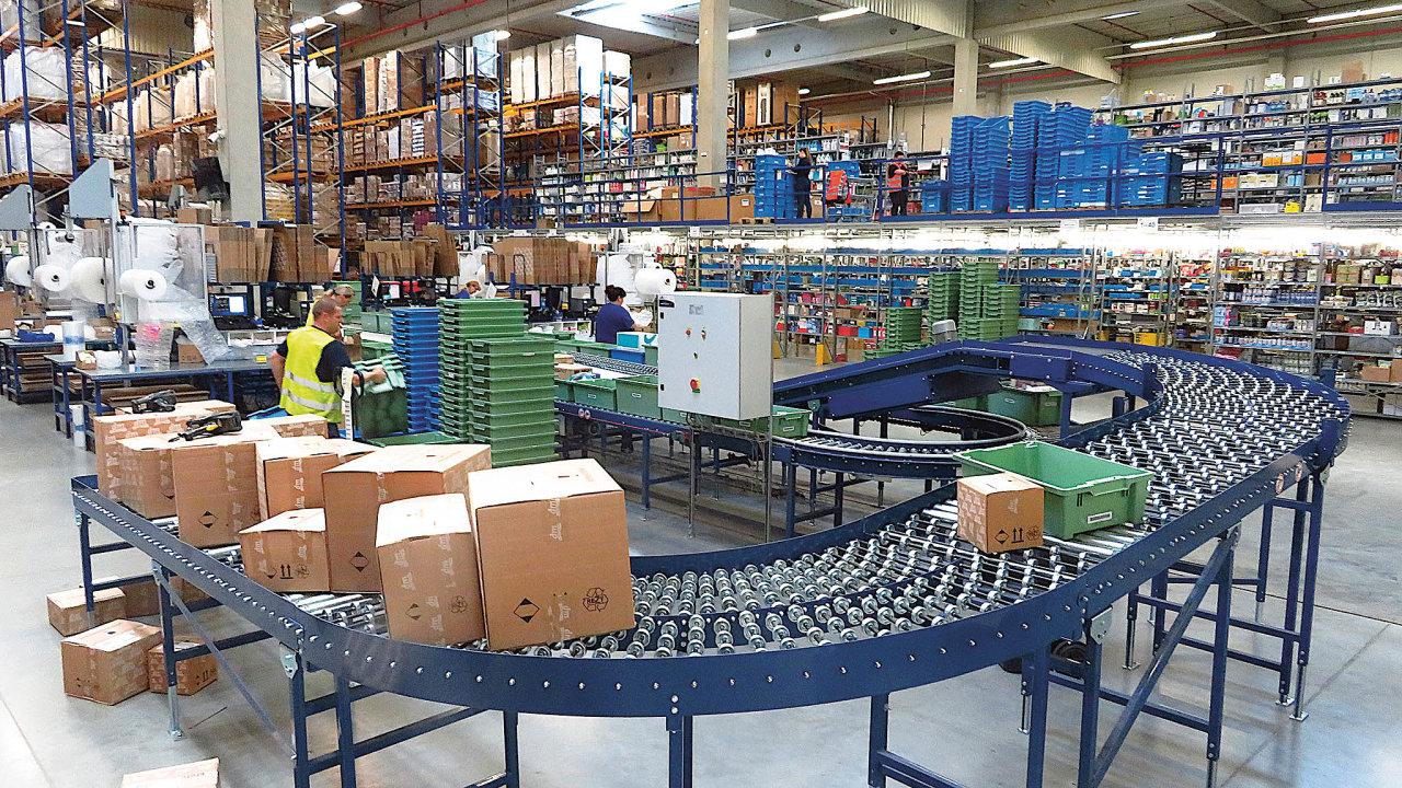 Internetové nákupy odbavuje společný sklad vPohořelicích uBrna, jeho provoz pro dm irozvoz objednaného zboží kekoncovým zákazníkům zajišťuje logistická společnost Geis.