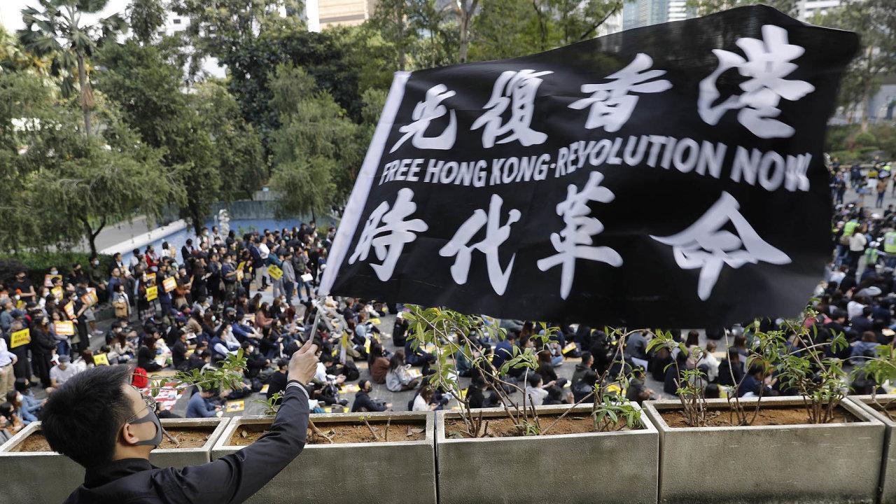 Zmatek anásilí. Obyvatelé Hongkongu se obávají, že Peking chce nad nimi převzít úplnou kontrolu. Jejich protesty provází pouliční násilí jak zestrany radikálů, tak policie.
