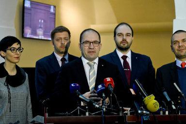 Opozice čeká na verdikt. Zleva Markéta Pekarová Adamová (šéfka TOP 09), předseda STAN Vít Rakušan, předseda KDU-ČSL Marek Výborný, poslanec Lukáš Bartoň (Piráti) a místopředseda ODS Martin Baxa.
