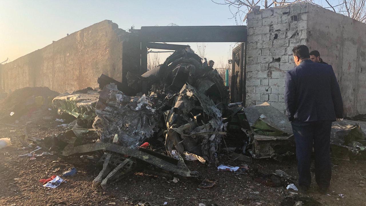 Trosky zříceného ukrajinského letounu na předměstí Teheránu.