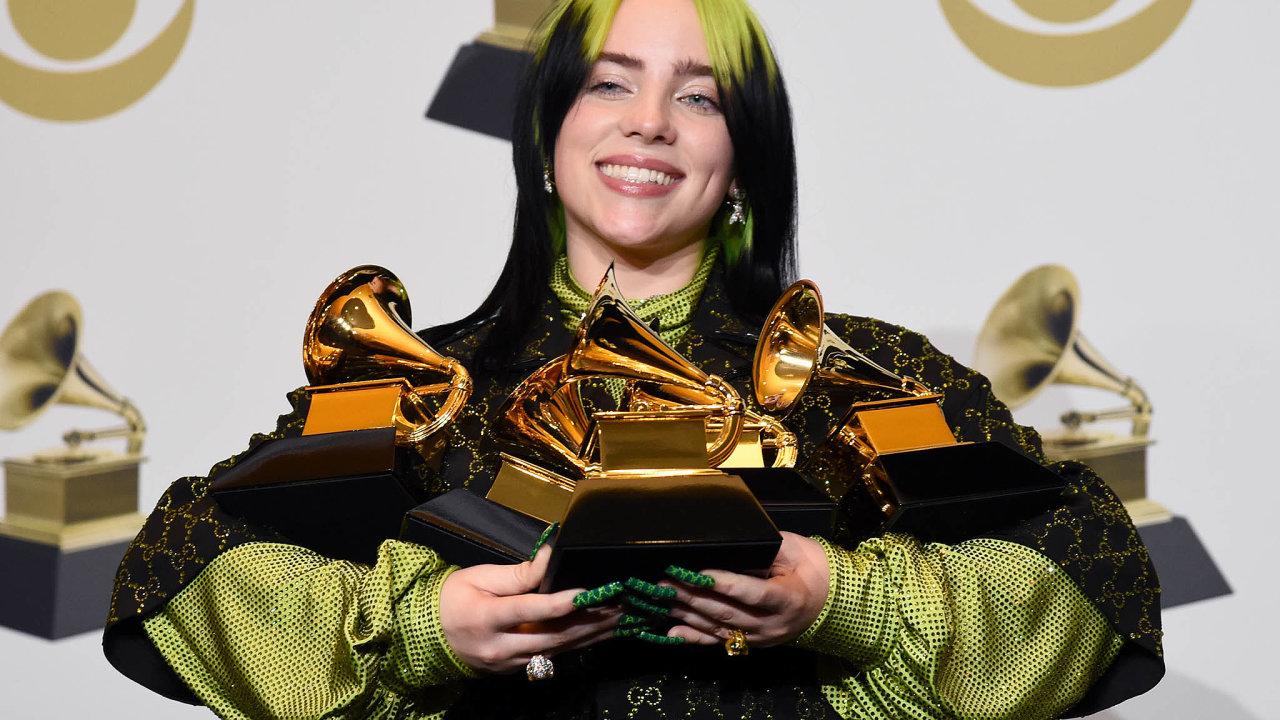 Americká zpěvačka Billie Eilish si zudílení cen Grammy odnesla pět gramofonků, včetně čtyřech nejprestižnějších zaalbum, píseň, nahrávku iobjev roku.