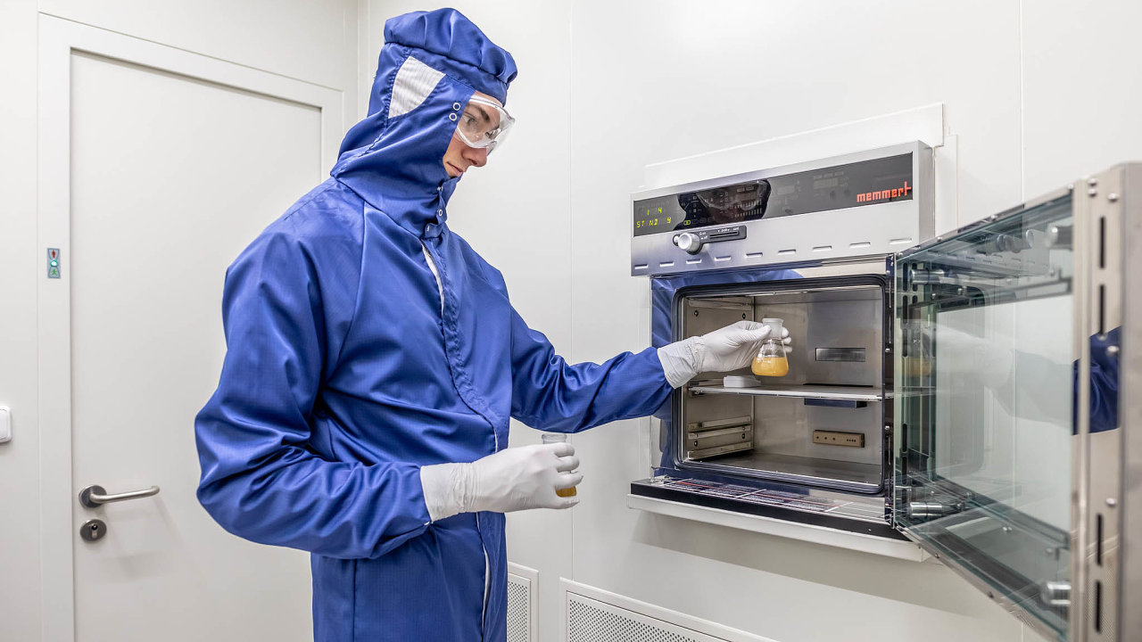 Výroba přípravku probíhá částečně napracovišti firmy Nexars azčásti vústavech Akademie věd– konkrétně vtechnologické hale Mikrobiologického ústavu avlaboratořích centra BIOCEV.