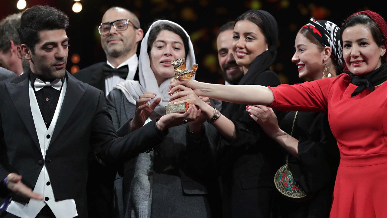 Jedním z filmů, které česká produkční firma Kaveha Farnama podpořila, byl i snímek Zlo neexistuje režiséra Mohammada Rasúlofa, který vyhrál minulý týden hlavní cenu na prestižním festivalu Berlinale.