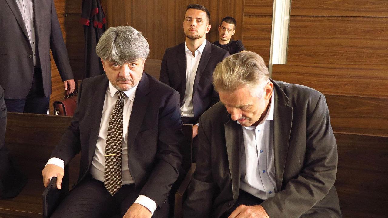 Majitel společnosti Amádeus Real Václav Klán (vlevo) před soudem spolu se soudním znalcem Janem Christophem (vpravo). Za nimi prokurista Amádeus Real Václav Klán mladší.