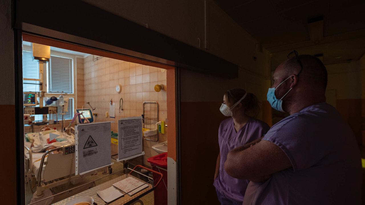 V první linii. Práce ve zdravotnictví je z pohledu možné nákazy koronavirem nejrizikovější. Snímek je z pražské Nemocnice Na Bulovce.