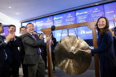 Zakladatelé firmy Luckin Coffee takto loni vkvětnu slavili vstup své firmy nanewyorskou burzu Nasdaq. Teď zní byl čínský kavárenský řetězec vyloučen, falšoval výsledky firemního hospodaření.