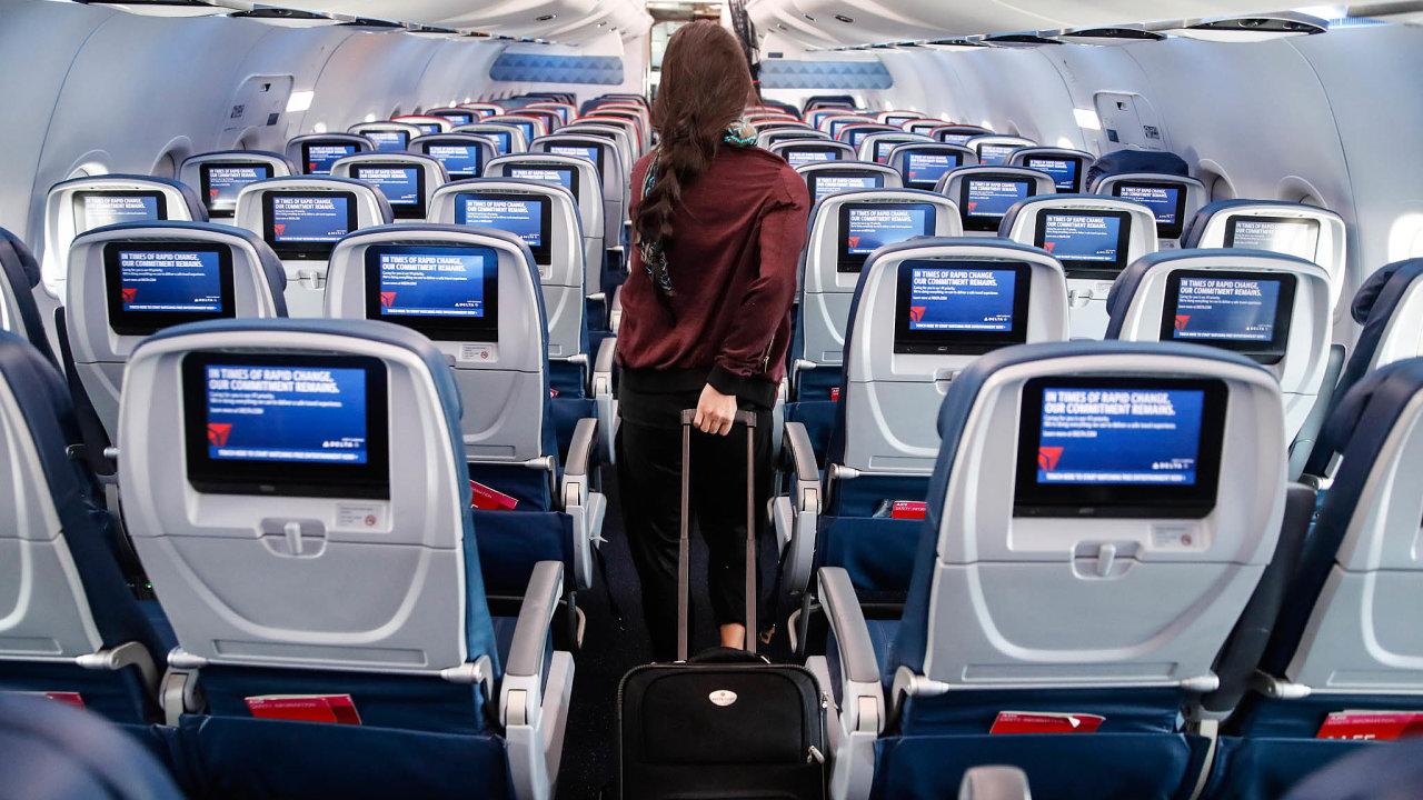 Letecké společnosti lákají cestující na levné letenky nebo bezplatné přebukování letu.