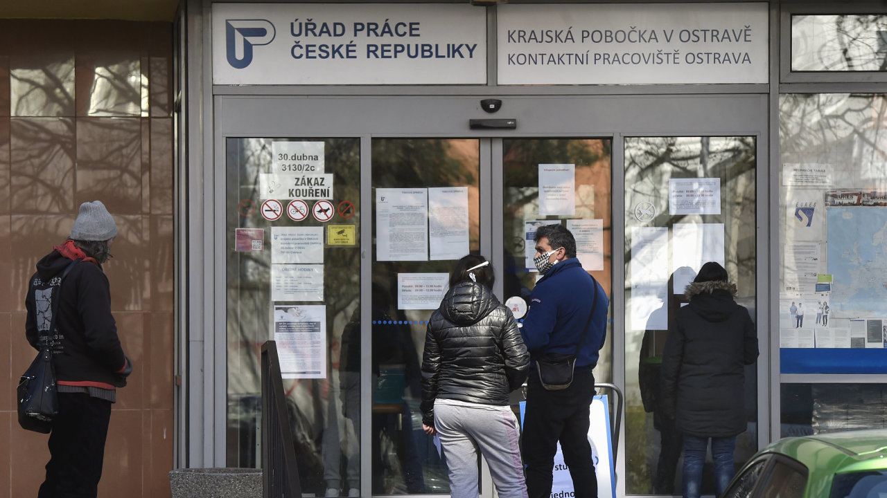 Lidé stáli 1. dubna 2020 ve fronťě před Úřadem práce v Ostravě.