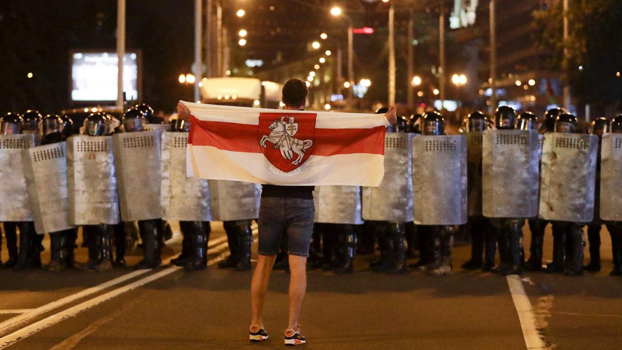Protestující v běloruském Minsku.