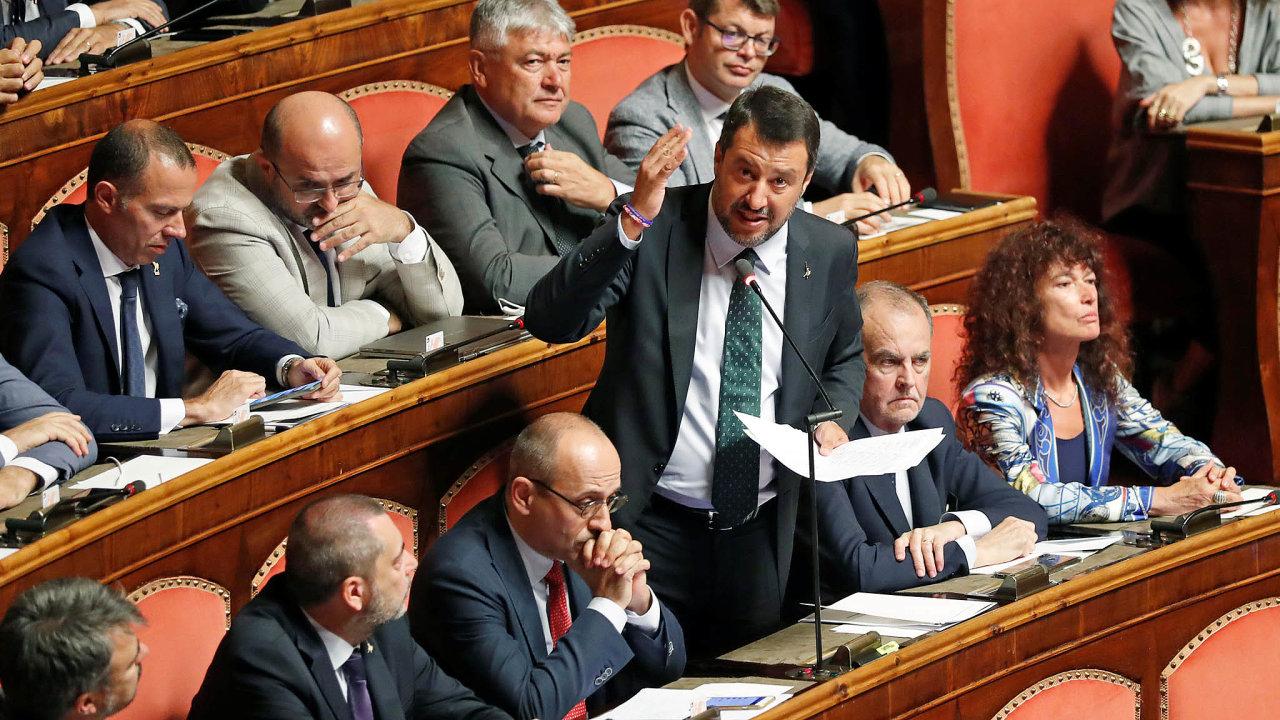 Vláda vypracovala nesmyslný systém podpory pro lidi zasažené koronavirem, hlásí exministr vnitra Matteo Salvini. Kritizuje, že o peníze mohli žádat i dobře placení politici.
