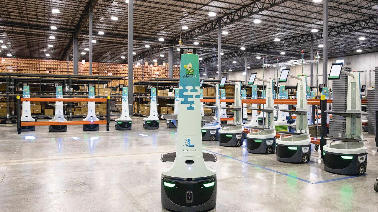 """""""Nastoupená jednotka"""" robotů z dílny Locus Robotics je připravena ke kompletaci objednávek. Stroje zastavují u jednotlivých položek v regálech. Pracovník vždy dané zboží naskenuje a vloží do kontejneru robota."""