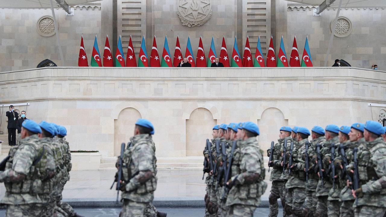 Vojenská přehlídka. Vyhráli jsme vKarabachu, děkujeme Turecku– ázerbájdžánské armádní jednotky se vBaku předvedly tomu, kdo jim poslal techniku ispolubojovníky.