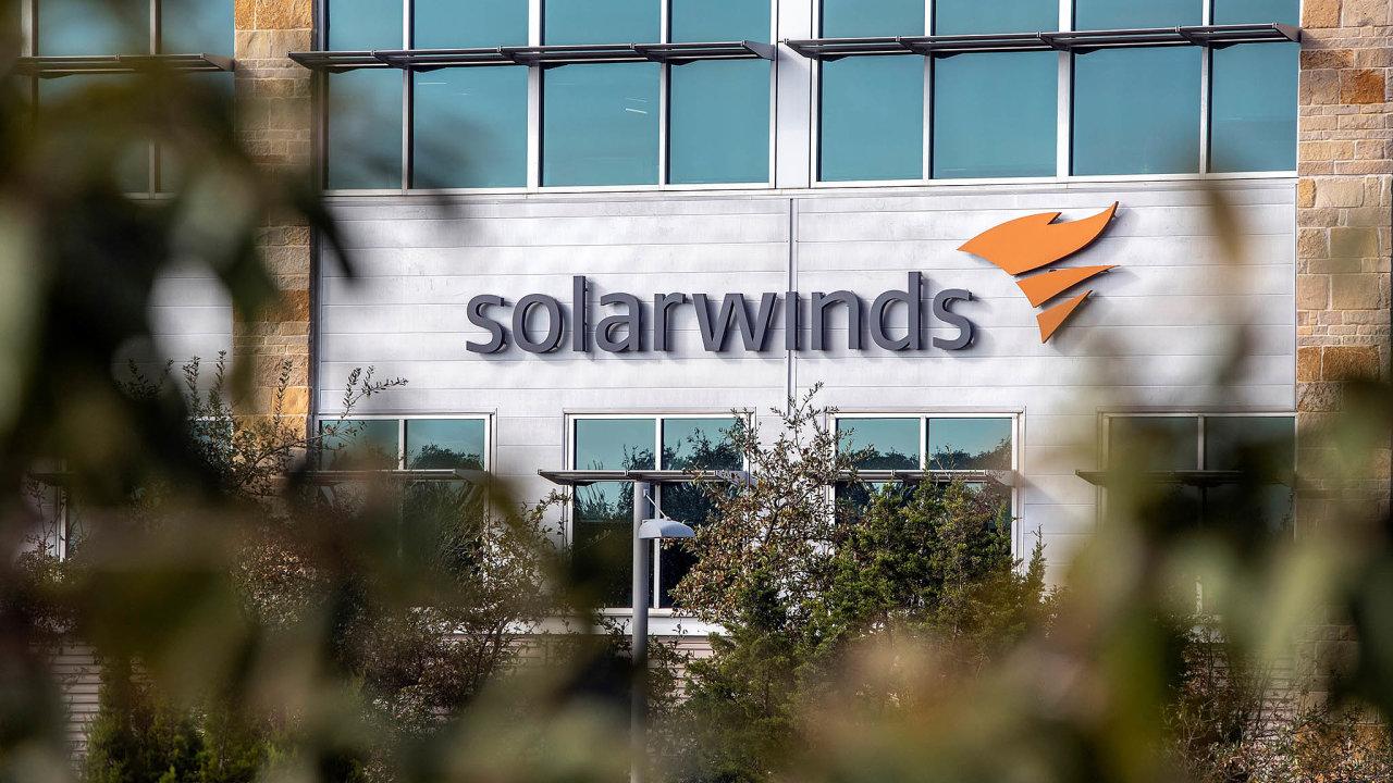 Hackerům se podařilo prostřednictvím infikované aktualizace programu americké firmy SolarWinds získat přístup kdokumentům nebo ke-mailové komunikaci zaměstnanců 10 vládních úřadů USA.