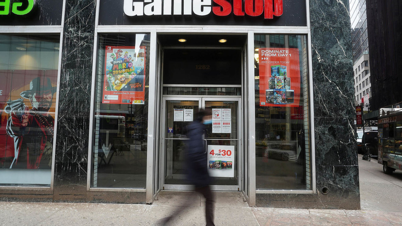 Makléřské domy začaly ve čtvrtek kvůli obavám zeztrát svých klientů omezovat obchody sakciemi některých firem ato poslalo kurzy prudce dolů. Akcie GameStopu se tak propadly ovíce než 40 procent.