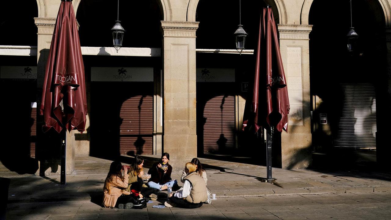 Bez turistů. Ulice španělských města či pláže, které jsou za normálních okolností plné zahraničních turistů, v současnosti zejí prázdnotou. Podle podnikatelů v cestovním ruchu je třeba, aby se turisté aspoň toto léto do Španělska vrátili.