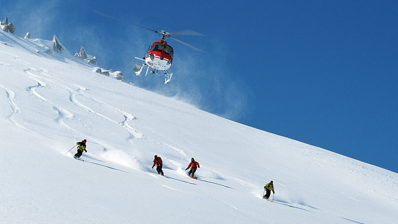 Aljaška je vhodná spíše pro zkušené lyžaře, ale lze si tam užít heliskiingu - nahoru lyžaře dopravuje vrtulník.