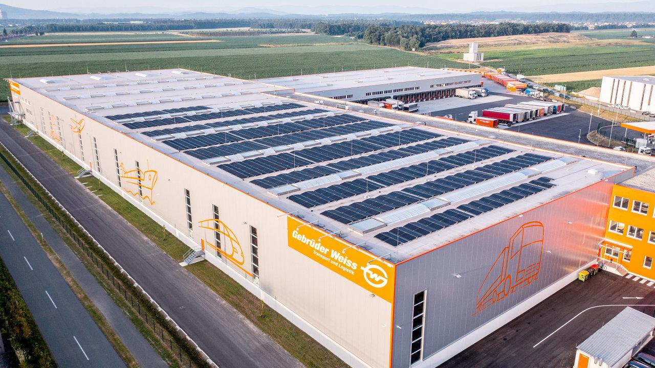 Pohled na pole fotovoltaických panelů kalsdorfského logistického centra Gebrüder Weiss.