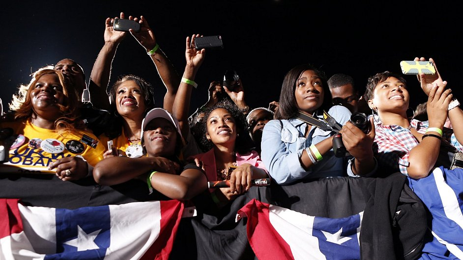 Fanynky Baracka Obamy na předvolebním shromáždění. Přijdou i k volbám?