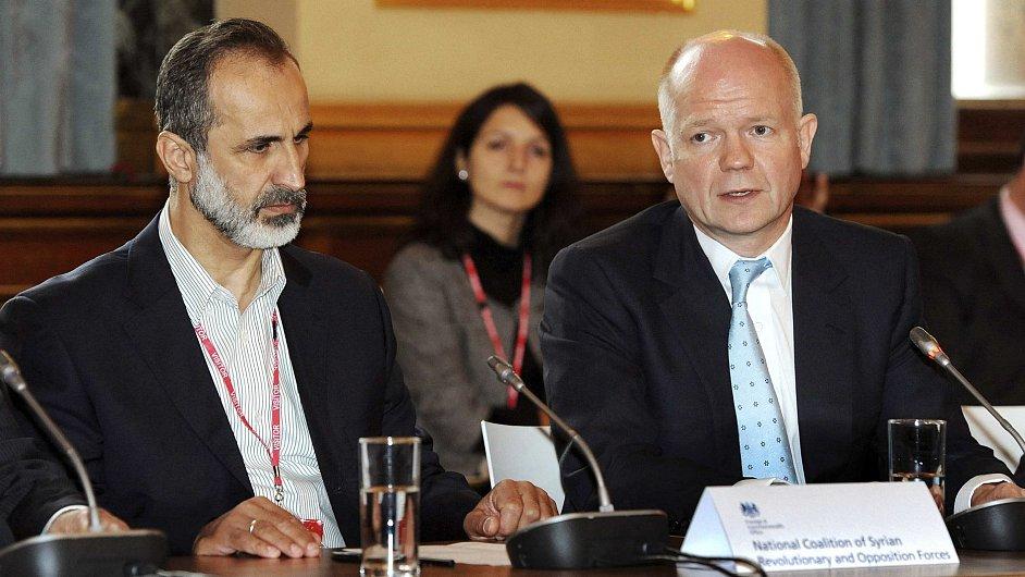 Britský ministr zahraničí William Hague se šéfem syrské opozice Ahmadem Muázem