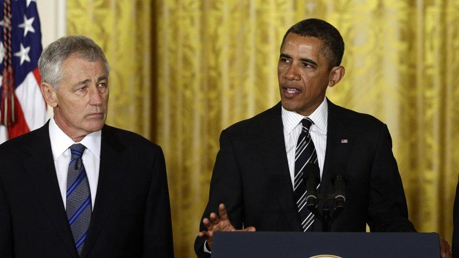 Chuck Hagel (vlevo) při oznámení nominace na post ministra obrany USA