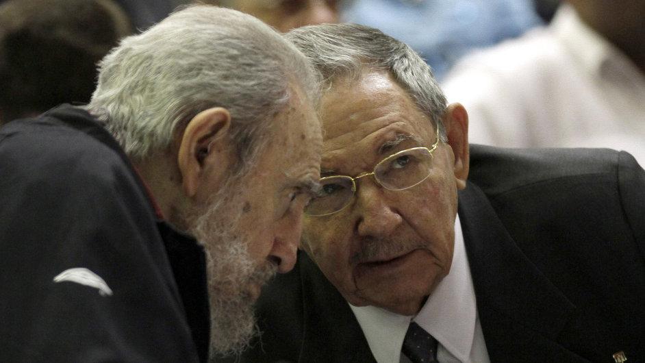 Raúl Castro (vpravo) a jeho bratr Fidel
