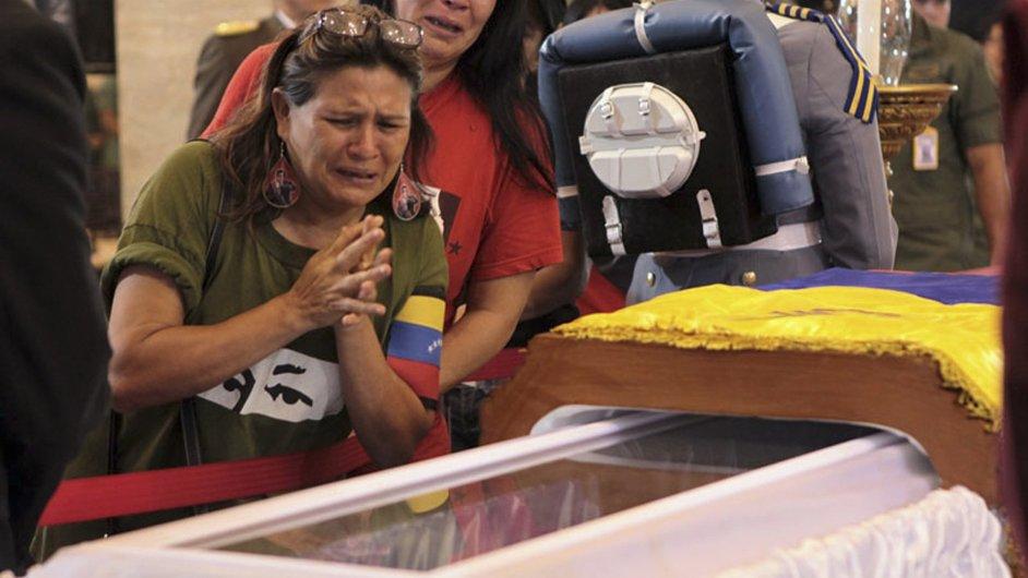 Truchlící u rakve Huga Cháveze