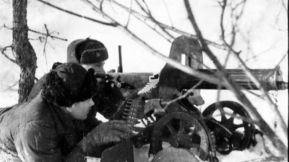 Českoslovenští vojáci připraveni u těžkého kulometu Maxim