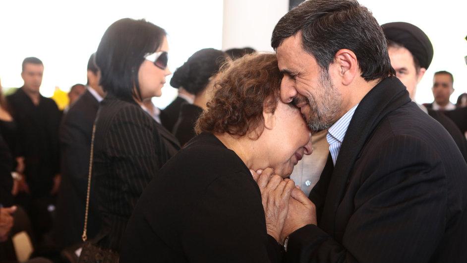 Ahmadínežád objal Chávezovu matku. Íránští duchovní ho za to kritizují