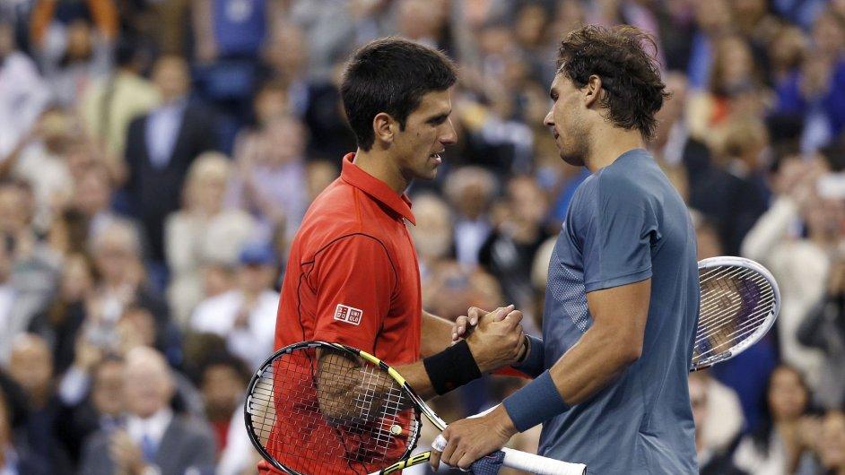 Novak Djokovič (vlevo) gratuluje Rafaelu Nadalovi