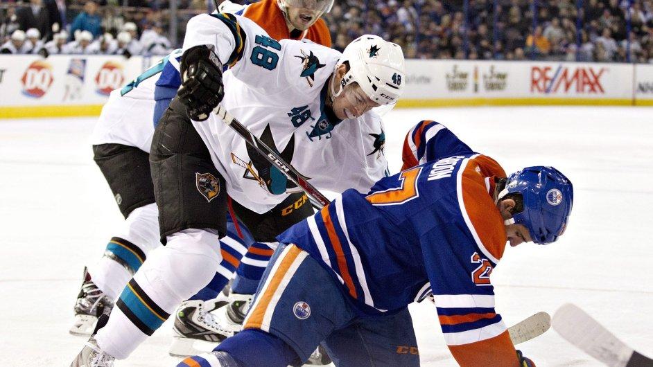 Tomáš Hertl v souboji s obráncem Edmontonu