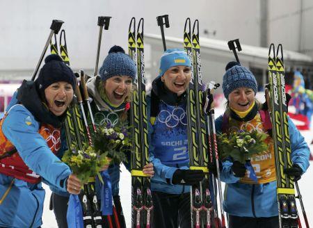Vítězná ukrajinská štafeta v Soči: Vita Semerenková, Julia Džymová, Olena Pidhrušná a Valja Semerenková