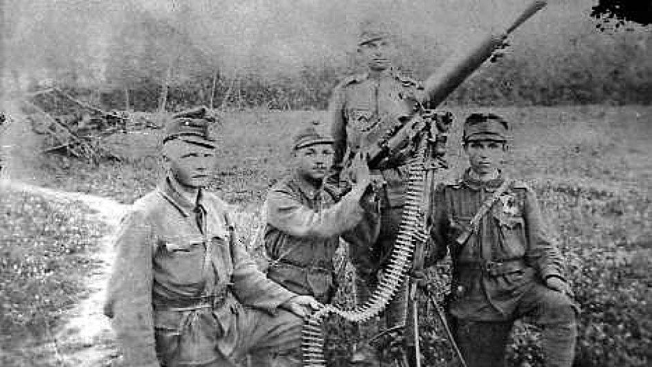 Andewa Krivaka inspiroval válečný příběh vlastního dědečka (vpravo).
