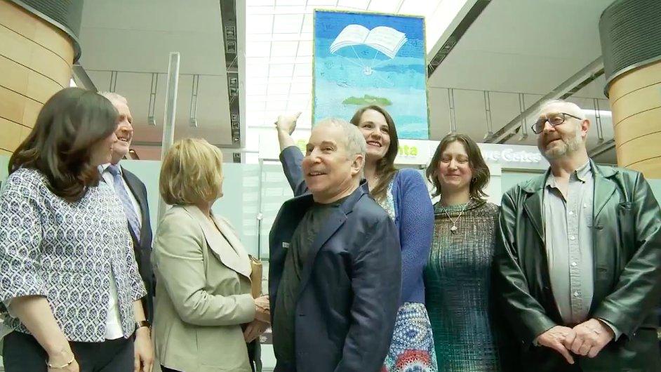 Snímek z odhalení tapiserie Petra Síse na letiši v irském Dublinu.
