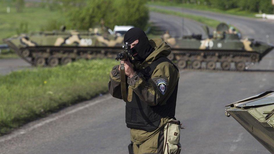 Ukrajinský voják na kontrolním stanovišti u města Slavjansk