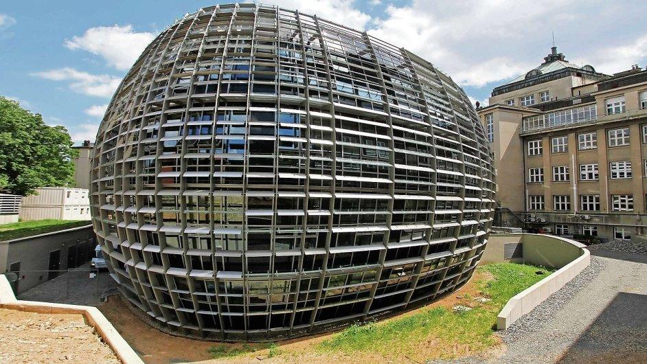 Nová budova Ústavu organické chemie a biochemie. Jejími autory jsou architekti ze studia VPÚ Deco Praha.