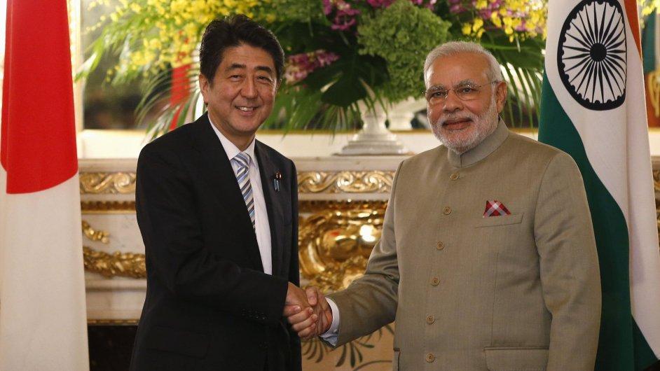 Japonský premiér Abe a jeho indický protějšek Modi si potřásají rukou před zahájením summitu v Tokiu