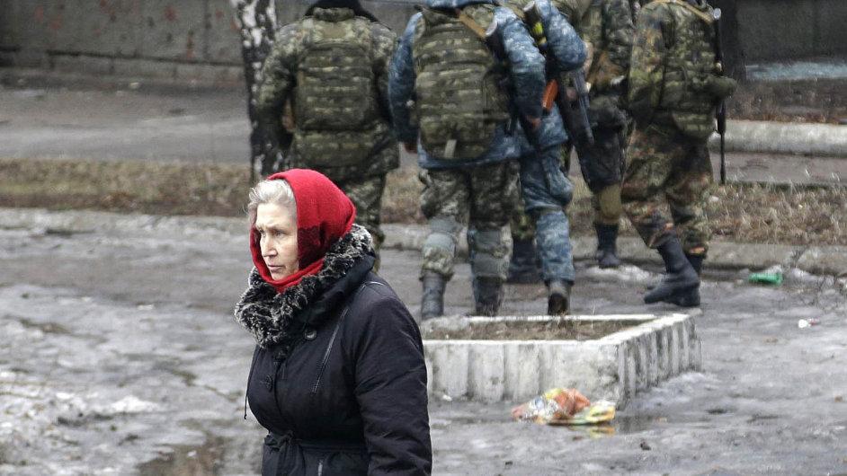 Lidé trpí. Na snímku z 3. února žena směřuje do evakuačního centra ve městě Debalcevo.
