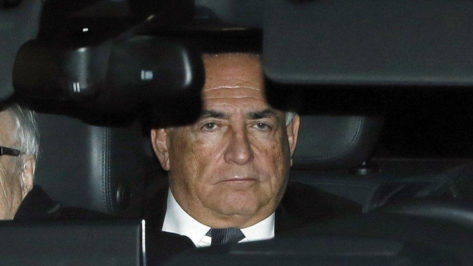 Bývalý šéf MMF Dominique Strauss-Kahn v autě na cestě k soudu.